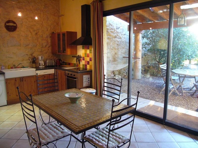 cuisine et terrasse ombragée